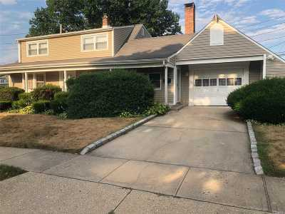 Levittown Single Family Home For Sale: 7 Iris Ln