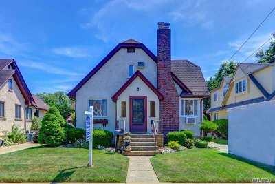 Merrick Single Family Home For Sale: 15 Buckingham Rd
