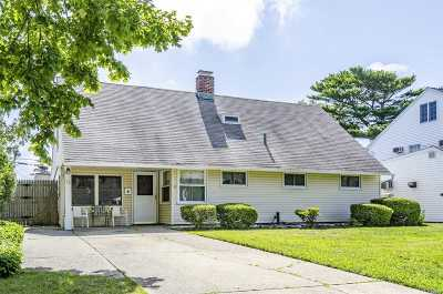 Levittown Single Family Home For Sale: 16 Tarry Ln