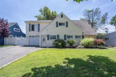 Levittown Single Family Home For Sale: 20 Elves Ln