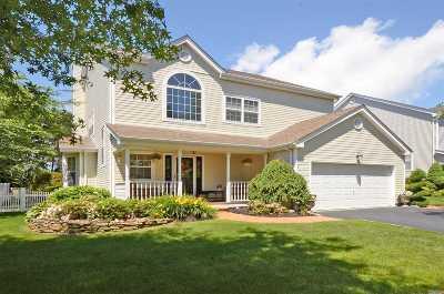 Melville Single Family Home For Sale: 136 Barrett Cir