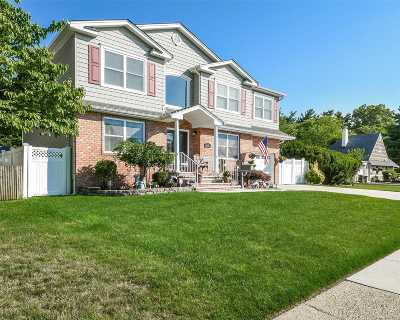 Westbury Single Family Home For Sale: 121 Pilgrim Ln