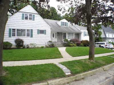 Douglaston Single Family Home For Sale: 20 Westmoreland Pl