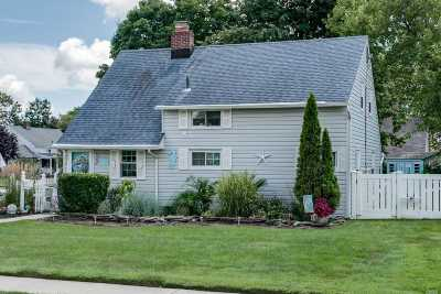 Levittown Single Family Home For Sale: 46 Magpie Ln