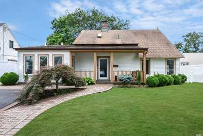 Levittown Single Family Home For Sale: 17 Trapper Ln