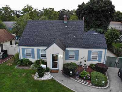 Levittown Single Family Home For Sale: 72 Stone Ln