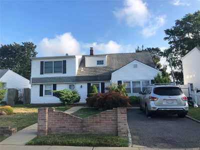 Levittown Single Family Home For Sale: 22 Tanners Ln