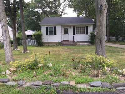 Farmingville Single Family Home For Sale: 80 Wendy Dr