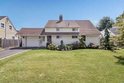 Levittown Single Family Home For Sale: 15 Turn Ln