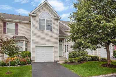 Medford Condo/Townhouse For Sale: 164 Kettles Ln