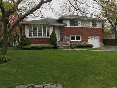 West Islip Single Family Home For Sale: 52 Wagstaff Ln