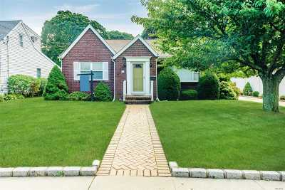 Lynbrook Single Family Home For Sale: 26 Catherine St