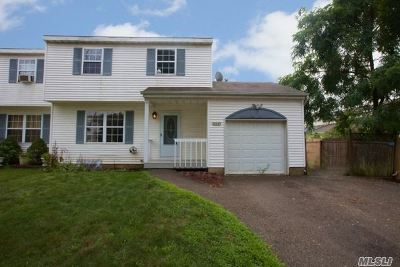 central Islip Single Family Home For Sale: 49 Elm St