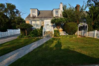 Lynbrook Single Family Home For Sale: 16 Hillside Ave