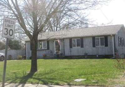 Bay Shore Single Family Home For Sale: 1366 N Clinton Ave