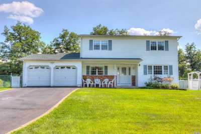 Lake Ronkonkoma Single Family Home For Sale: 12 Westwood Ct