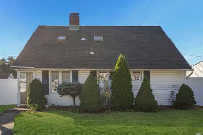 Levittown Single Family Home For Sale: 18 Fence Ln