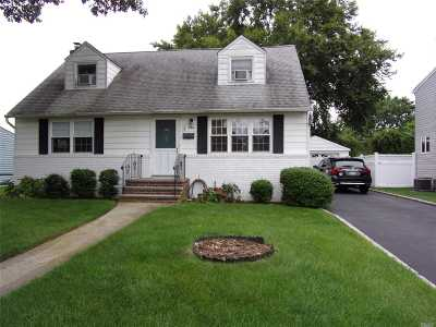 N. Bellmore Single Family Home For Sale: 954 Leeds Dr