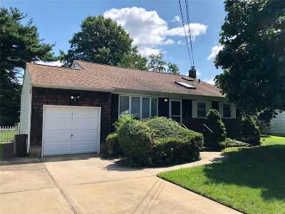 West Islip Single Family Home For Sale: 851 Tanglewood Rd