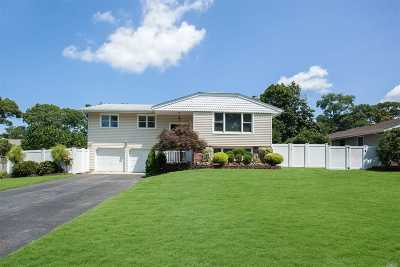 Hauppauge Single Family Home For Sale: 19 Swallow Ln