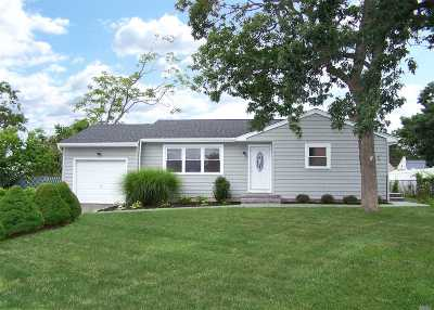 West Islip Single Family Home For Sale: 71 Foxglove Rd