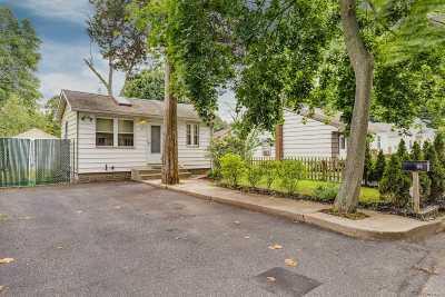 Selden Single Family Home For Sale: 86 Oakmont Ave