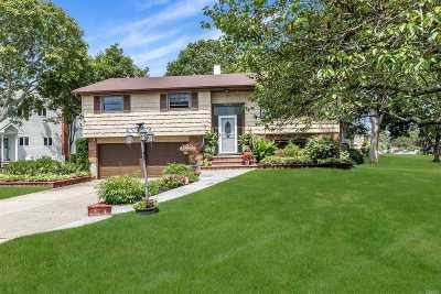 East Islip Single Family Home For Sale: 99 Claridge Ln