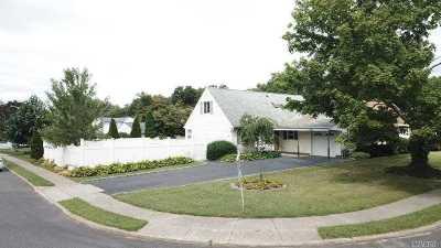 Holbrook Single Family Home For Sale: 500 Grundy Ave
