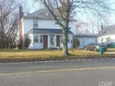 Valley Stream Single Family Home For Sale: 122 Rockaway Pkwy