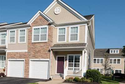 Massapequa Condo/Townhouse For Sale: 194 Somerset Dr