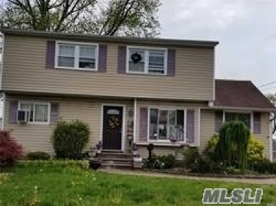 Lindenhurst Single Family Home For Sale: 279 40th St