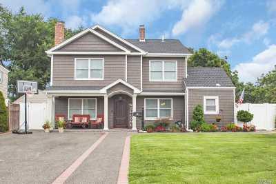 Levittown Single Family Home For Sale: 7 Hemlock Ln