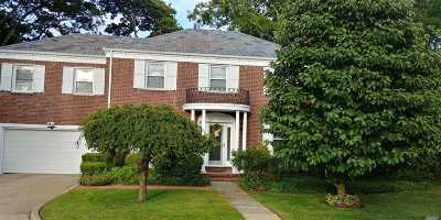 Freeport Single Family Home For Sale: 6 Woodbine Dr