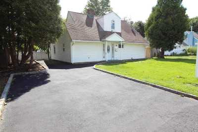Levittown Single Family Home For Sale: 22 Grouse Ln