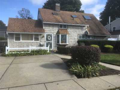 Levittown Single Family Home For Sale: 29 Hunter Ln