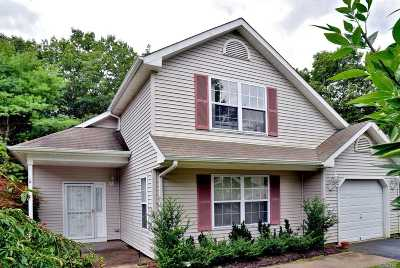 Middle Island Condo/Townhouse For Sale: 17 Greenbriar Ct