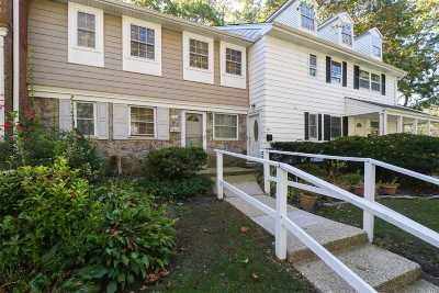 Hauppauge Condo/Townhouse For Sale: 204 Towne House Vlg