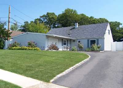 Holbrook Single Family Home For Sale: 32 Hillberry Ln