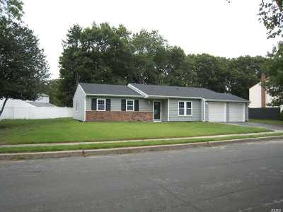Holbrook Single Family Home For Sale: 14 Fallen Leaf Rd