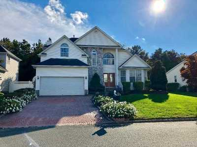 Holtsville Single Family Home For Sale: 35 Peachtree Ct