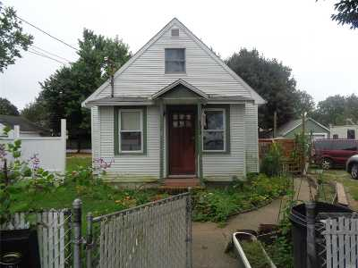 Lindenhurst Single Family Home For Sale: 133 41st St