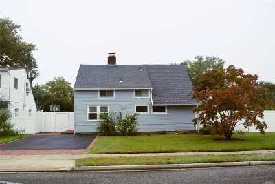 Levittown Single Family Home For Sale: 2 Carriage Ln