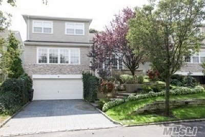 Hauppauge Condo/Townhouse For Sale: 14 Hamlet Dr