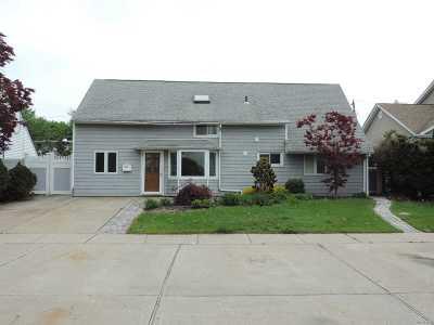 Westbury Single Family Home For Sale: 2007 Salisbury Park Dr