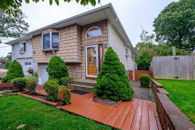 Ronkonkoma Single Family Home For Sale: 40 Granby Pl
