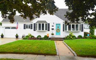 N. Babylon Single Family Home For Sale: 66 Pickwick Ln