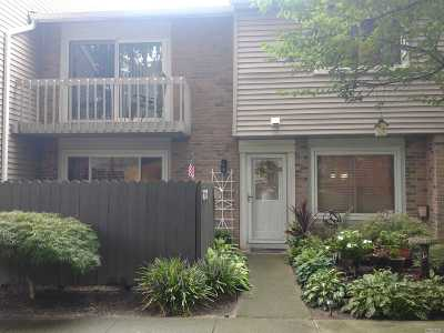 Holbrook Condo/Townhouse For Sale: 218 Springmeadow Dr #C