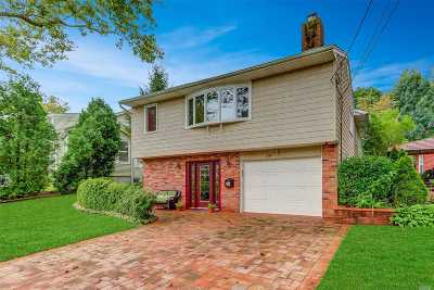Garden City Single Family Home For Sale: 38 Hawthorne Rd