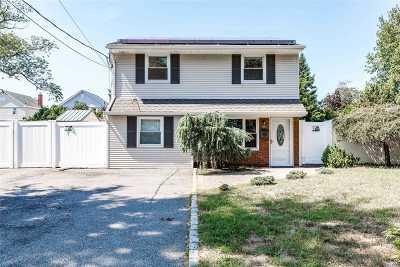 Massapequa Single Family Home For Sale: 61 Unqua Rd