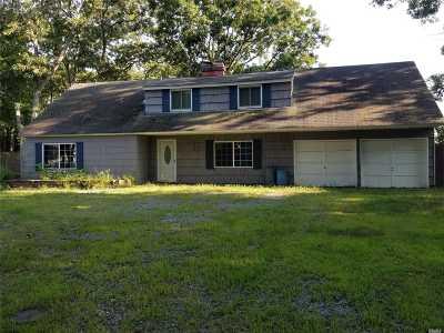 Holbrook Single Family Home For Sale: 2 Halfcircle Dr